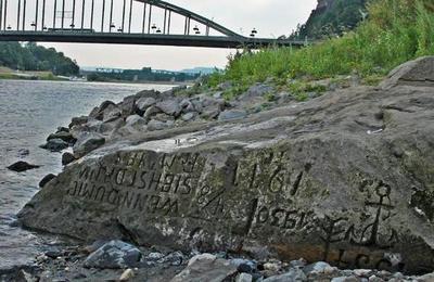 Las 'piedras del hambre': los mensajes que aparecieron en Europa y que son señal de mal agüero