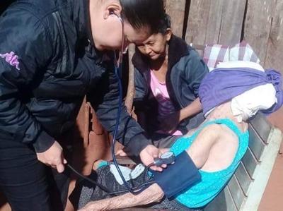 Asisten a abuelita con grave enfermedad