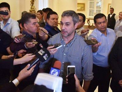 Marito se desmarca de presunto narco y dice que foto es irrelevante