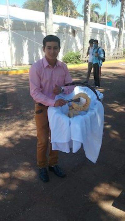 Mitãrusu se paga  su Facultad con  la venta de chipa