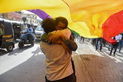 Otorgan pensión de viudez a homosexual tras odisea legal en México