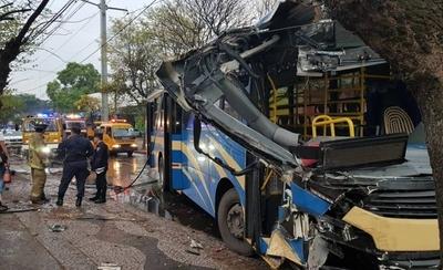 HOY / Pista mojada y brusca frenada: bus termina destrozado y hay cinco heridos