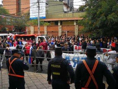 Incidentes entre enfermeros y policías frente a la Función Pública