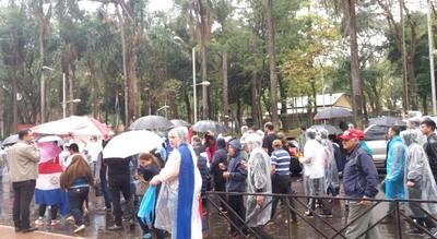 Lluvia no frenó protesta contra los Zacarías en Ciudad del Este