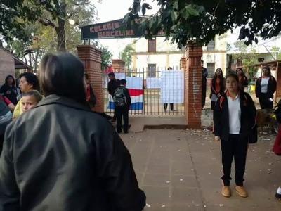 ESTUDIANTES TOMAN COLEGIO EN CNEL. BOGADO