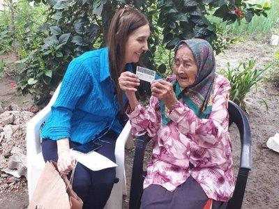 Abuela de 108 años recibió por primera vez su cédula paraguaya