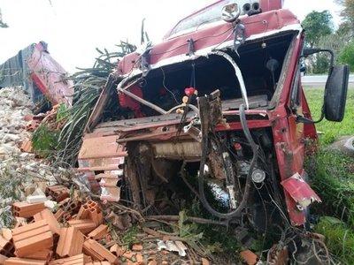 Camión volcó en Itacurubí de la Cordillera