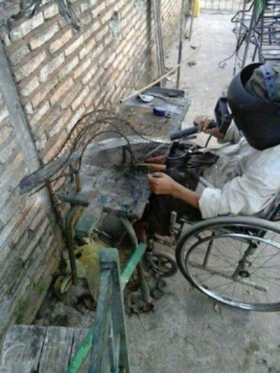 Herrero labura a full desde su silla de ruedas