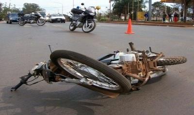 Motociclista sufre grave lesión por llevar el casco en el brazo