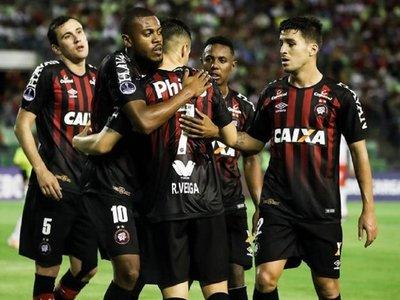 Doblete de Raphael Veiga aproxima al Paranaense a cuartos de final