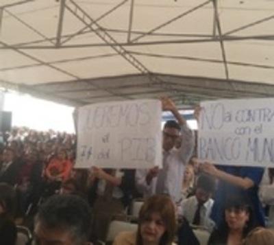 Escolta presidencial retiró carteles de reclamos a estudiantes