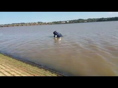 Fue a caminar y su vehiculo terminó en el agua
