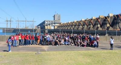 Más de 400 jóvenes visitaron hoy Yacyretá