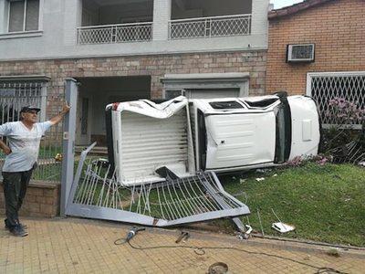 Una camioneta  volcó y terminó en patio ajeno