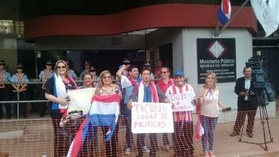 HOY / Con escraches y pancartas esperan que González Daher vaya a Tacumbú