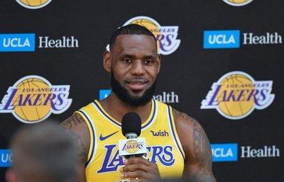 Los nuevos Lakers se presentan en sociedad