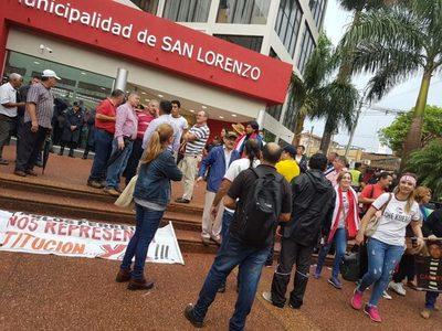 Cinco manifestantes quieren entrar en el edificio municipal pero no les dejan
