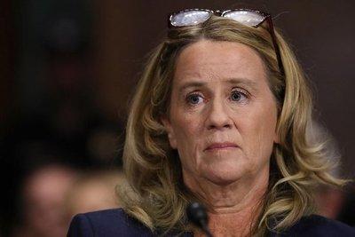 Mujer que acusa a Kavanaugh da su versión en audiencia histórica en EE.UU.