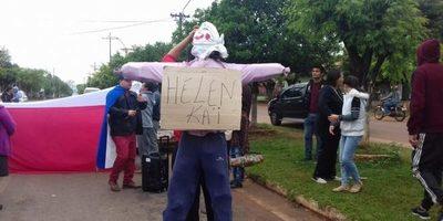 """Vecinos se manifestaron con un """"Judas kai"""" con el nombre de la directora de la Cuarta Región Sanitaria"""