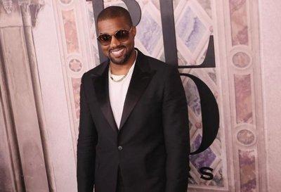 Kanye West cambia de nombre pero mantiene apoyo a Trump