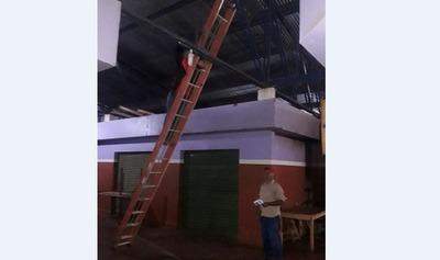 Realizan mantenimientos del sistema eléctrico del mercado de Campo 9 – Prensa 5