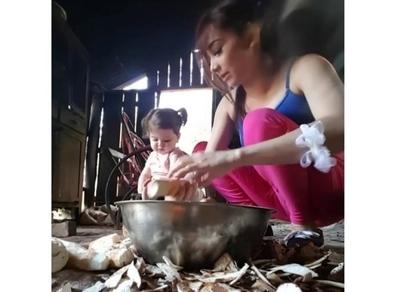 Marilina enseñó a su hija a pelar mandioca y fue furor en redes