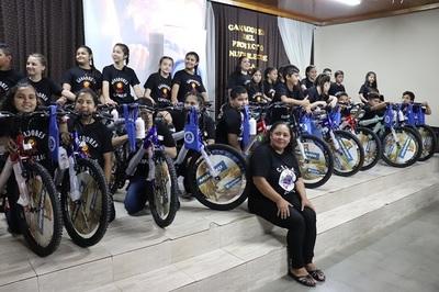 Programa educativo premia a 24 niños por explorar su creatividad