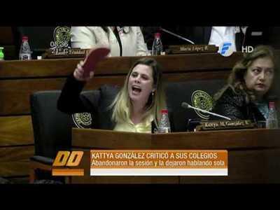 La diputada Kattya González criticó a sus colegas con zapatilla en mano