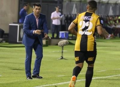 Florentín okairo contra el árbitro Jorge Mercado