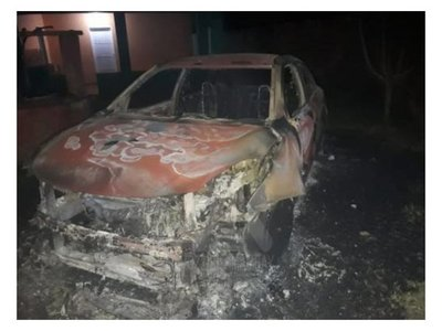 Quemaron su auto y sospecha de su hijastro
