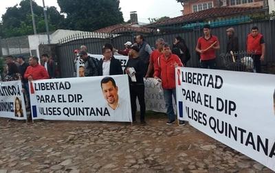 Escrachan a fiscal General y piden libertad de Ulises Quintana