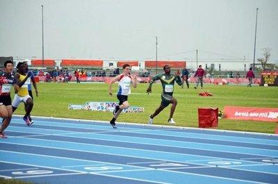 Mateo Vargas corre en 100 m