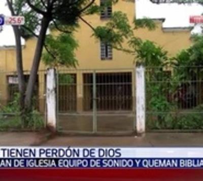 Ladrones robaron una iglesia, profanaron santos y quemaron una biblia