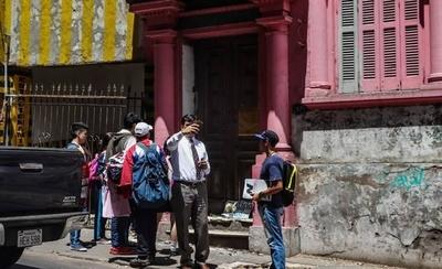 HOY / Bajan de autos, unos para rezar,  otros para mirar: casa del horror  es 'santuario' y sitio 'turístico'