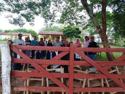 Padres cierran escuela en reclamo de nombramiento docente