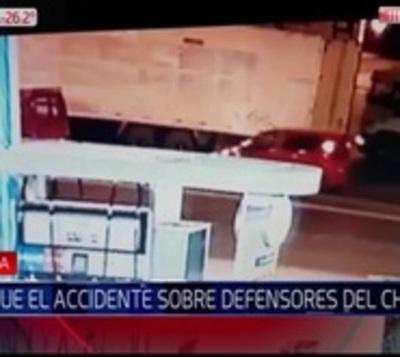 Camión quedó sin frenos y arrasó con varios vehículos estacionados