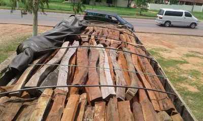 En Yby Ya´u Intervienen camión con postes de Curupa´y