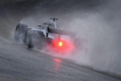 Hamilton domina; Vettel penalizado