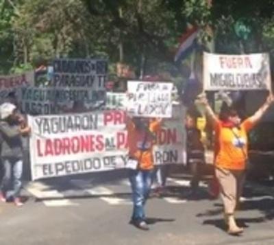 Ciudadanos marchan y exigen renuncia de políticos corruptos