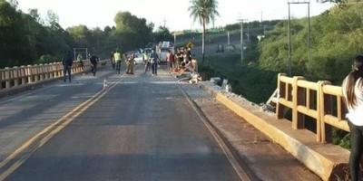 Conductor de camión muere al caer a río