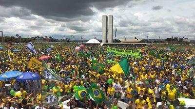 Bolsonaro consigue nutrido apoyo en las calles antes de balotaje en Brasil