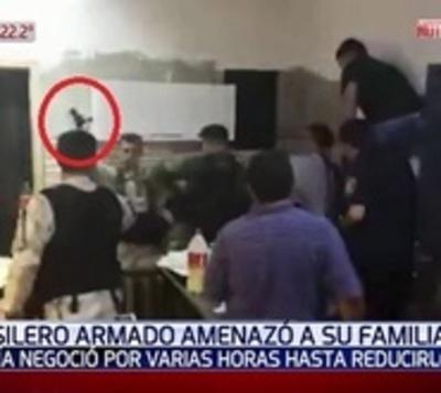Amenazó a su familia: Arriesgada negociación para desarmar a un hombre