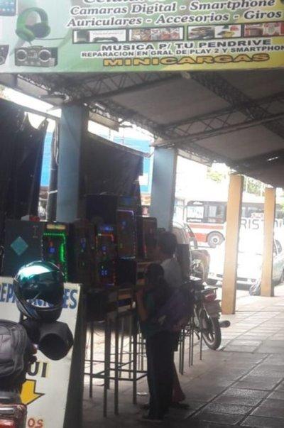 Niños con tragamonedas en plena calle