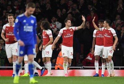 Arsenal remonta hacia la décima victoria seguida