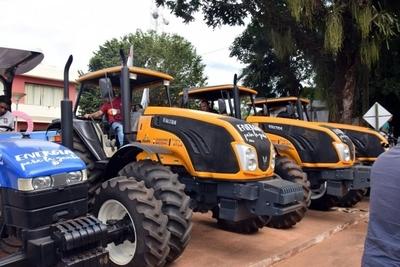 Itaipú entregó tractores a municipios caazapeños