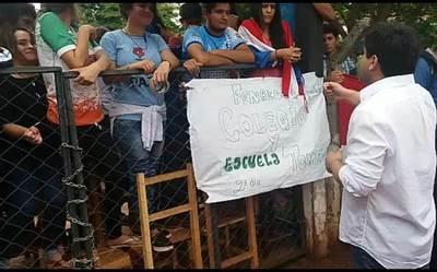 """Estudiantes """"cantan las 40"""" a Luis Urbieta (Video)"""