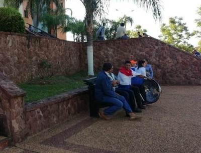 Ciudadanos indignados en vigilia, ante audiencia de Tati Urbieta