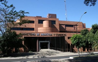 MIC: Ministra dice que se cambiará el pliego que solventa cirugías a funcionarios