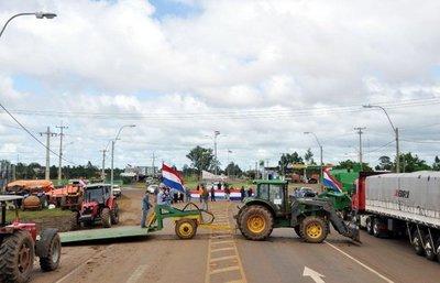 """Campesinos dicen que quemarán máquinas de brasileños si """"osan"""" hacer el tractorazo"""