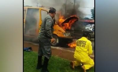 Susto tras fuego en el motor de ambulancia de los bomberos
